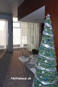 zdobené vianočné stromčeky