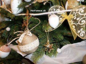 ako zdobiť umelý vianočný stromček