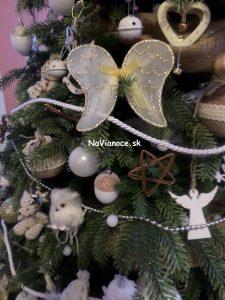 motýľ na 3d vianočnom stromčeku