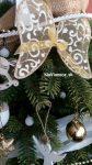 ozdobené umelé vianočné stromčeky