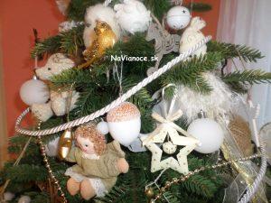 výzdoba umelých vianočných stromčekov