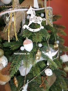 vianočná výzdoba umelých stromčekov na Vianoce
