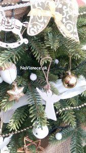 vianočné guľe na vianočnom stromčeku