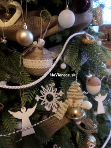 vianočné gule na vianočnom stromčeku na Vianoce