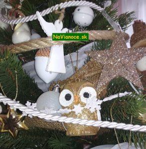 vianočné stromčeky s ozdobami