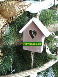 vianočné stromčeky s vianočnými ozdobami