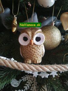vianočný stromček a vianočné ozdoby