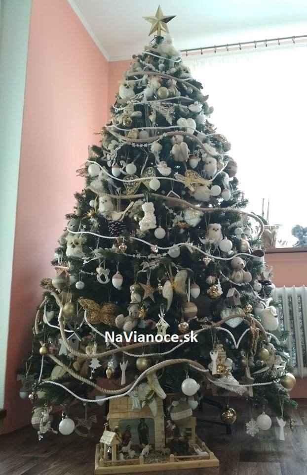 ozdobené biele vianočné stromčeky