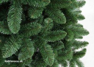 borovicové ihličie umelých vianočných stromčekov