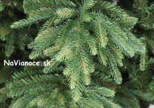 nerovnomerný umelý vianočný stromček